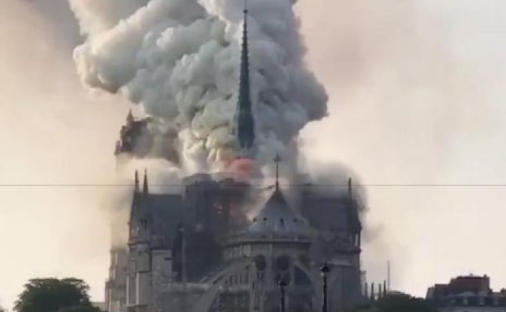 """""""Miserables"""" llamas: techo de Notre Dame en cenizas"""