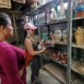 La peregrinación de una venezolana para vender estatuas religiosas